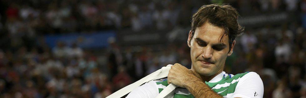 Federer abandona a pista depois de cair ante Djokovic.