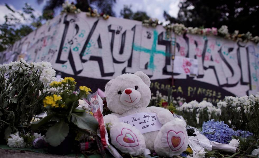 Homenagens deixadas às vítimas do massacre de Suzano em frente à Escola Estadual Raul Brasil.