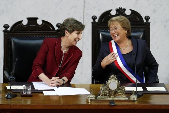 Isabel Allende e Michelle Bachelet, sorridente com a faixa presidencial.