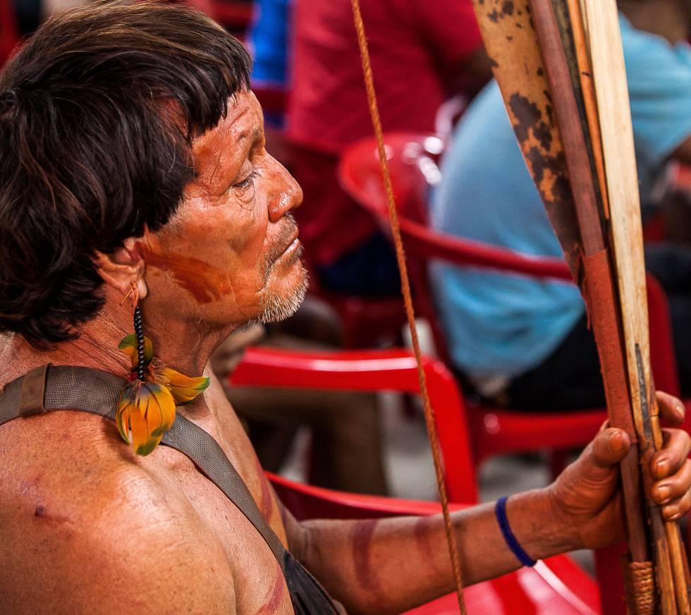 Indígena Araweté, em reunião no centro de convenções de Altamira, no Pará.