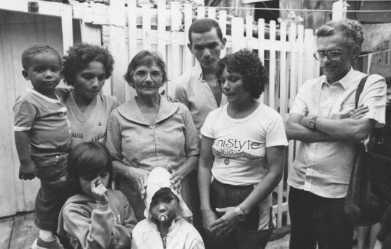 Eduardo Coutinho, à direita, durante a filmagem de 'Cabra marcado para morrer' (1962-1984).
