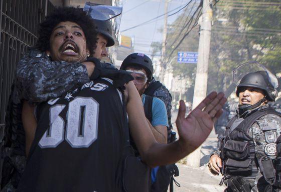 A polícia prende um manifestante em São Paulo.