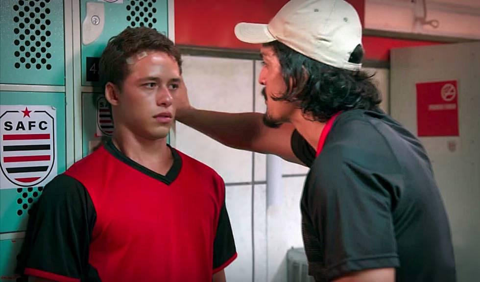Santiago sofre assédio do treinador no seriado da Globo.