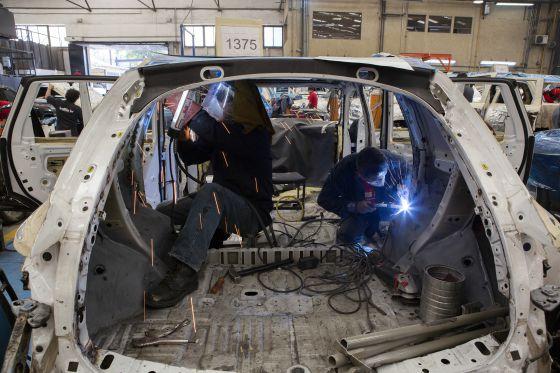 Empregados de uma empresa de automóveis no México.