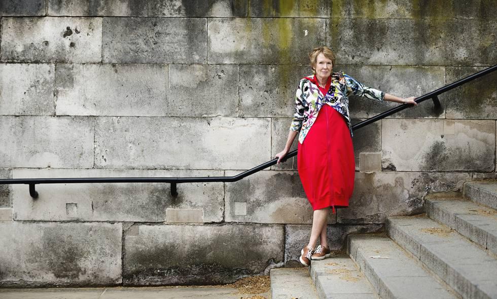 A historiadora Margaret MacMillan, retratada na frente do clube Atheneum de Londres.