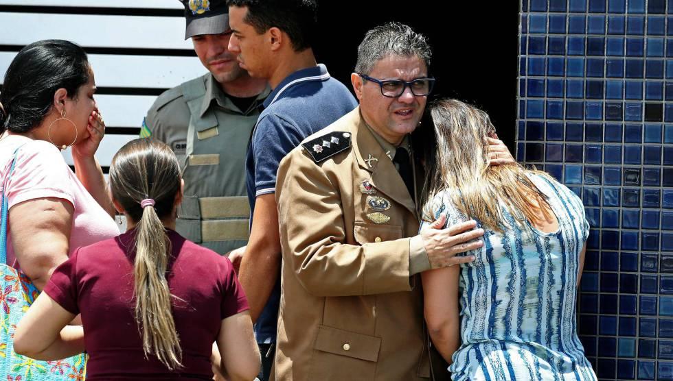 Foto do jornal 'O Popular' mostra reação no local do tiroteio.