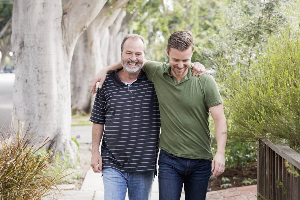 Um pai passeia com seu filho.