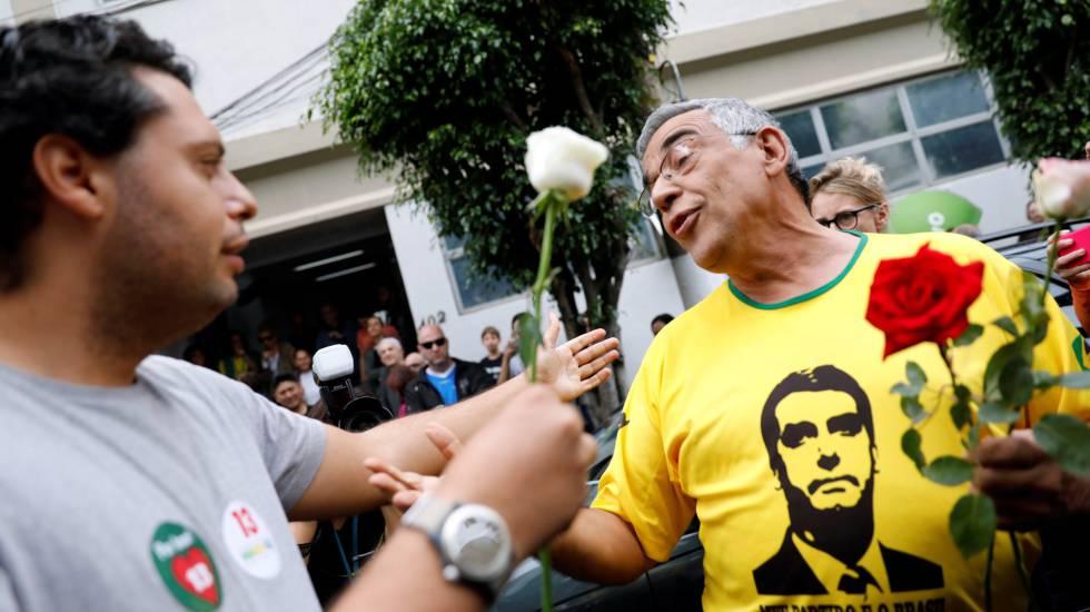 Eleitor de Haddad oferece flor a eleitor de Bolsonaro, no dia do segundo turno.