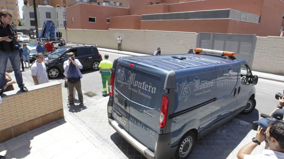 Carro funerário leva o corpo de Sabrina Oliveira