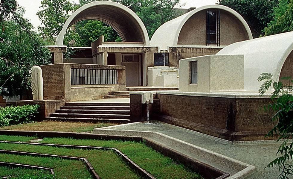 """Sangath, o estúdio do arquiteto Balkrishna Doshi, em Ahmedabad (Índia). Sangath, nome dado ao complexo, significa """"avançar juntos por meio da participação""""."""