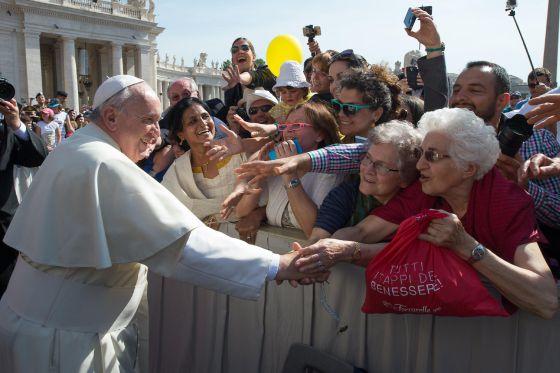 O Papa cumprimenta os peregrinos no Vaticano, quarta-feira.