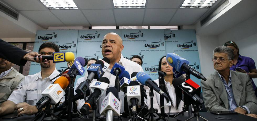 O secretário-geral da oposicionista Mesa de Unidade Democrática, Jesús Torrealba, em entrevista coletiva.
