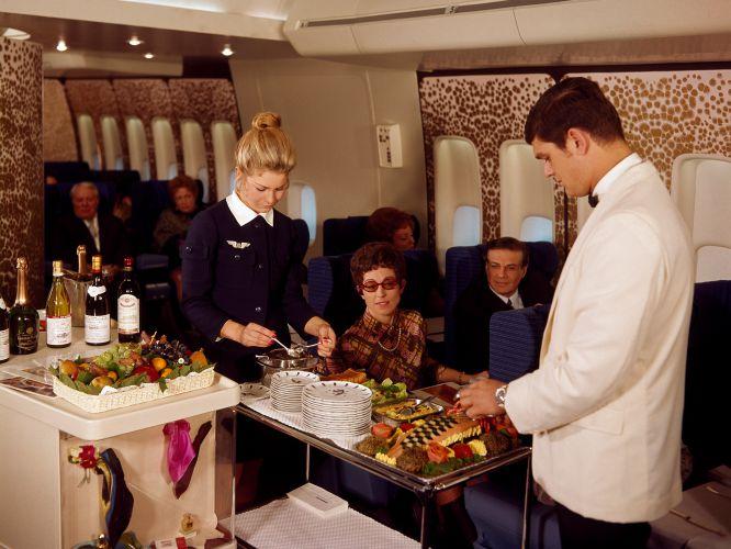 """""""O mundo das viagens aéreas é quase surreal, um universo paralelo"""". Começa com esta frase o livro Airline: Style at 3.000 Feets (Companhia Aérea: Estilo a 30.000 Pés), da editora Laurence King (www.laurenceking.com). Seu autor, Keith Lovegrove, dedica o livro ao mundo da aviação e a seus avanços. Com a chegada dos aviões, a moda, os produtos e a decoração tiveram que se adaptar às alturas. Na foto, a bordo de um Boeing 747 da Air France, que teve sua cabine desenhada por Pierre Gautier-Delaye."""