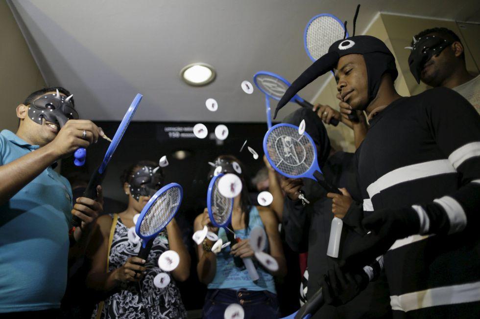 Fantasiados de mosquitos, manifestantes criticam ministro Marcelo Castro.