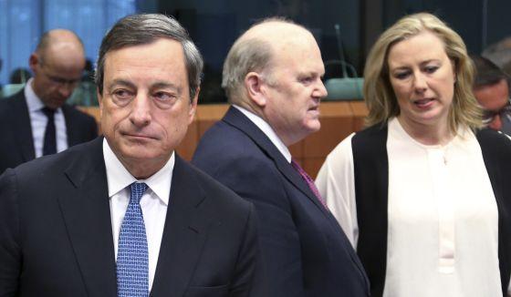 Draghi e os ministros de Economía de Irlanda y Finlandia, nesta segunda-feira em Bruselas.