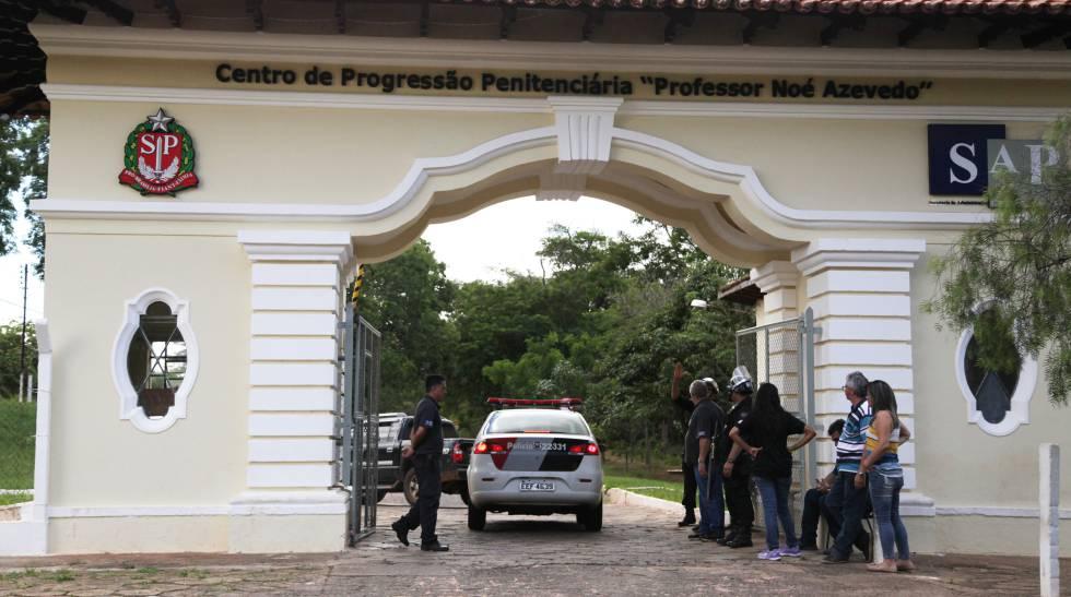 Movimentação em frente ao Centro de Progressão Penitenciária em Bauru.