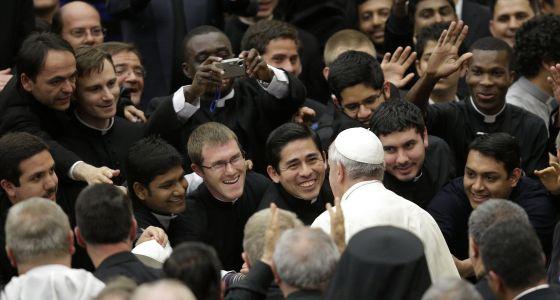 Sacerdotes saúdam o papa Francisco.