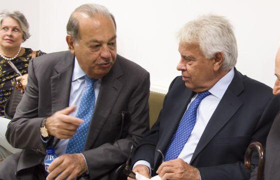 O ex-primeiro-ministro espanhol Felipe González (d) fala com o empresário Carlos Slim pouco antes da entrega do título Doutor Honoris Causa ao ex-presidente do Uruguai, Julio Maria Sanguinetti, pela Universidade de Alicante.