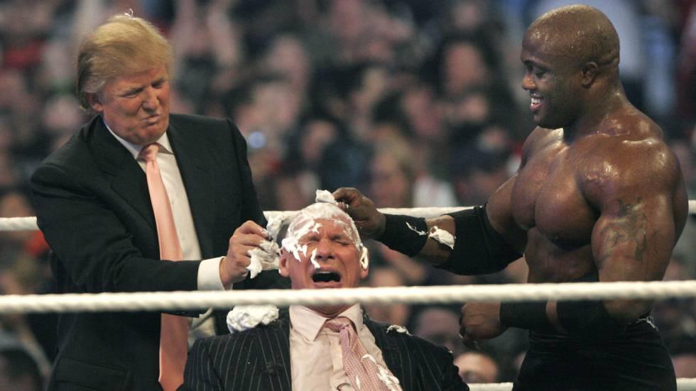 Imagem do vídeo em que Trump raspa a cabeça de Vince McMahon.