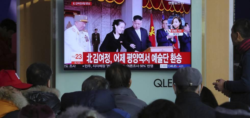 Sul-coreanos assistem em uma televisão a imagens do líder norte-coreano Kim Jong-un e sua irmã Kim Yo Jong.