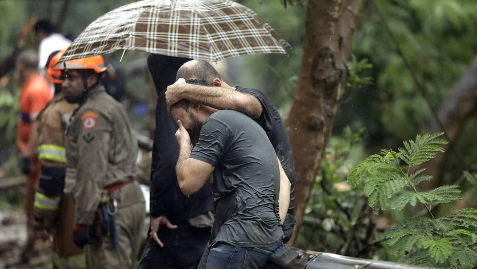 Parente de desaparecido é consolado, nesta terça no Rio.