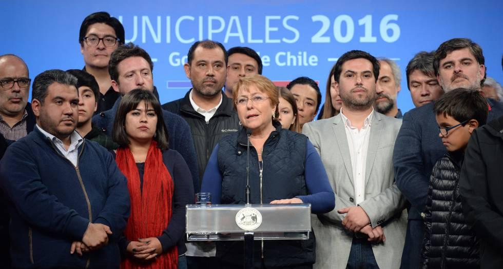A presidenta do Chile, Michelle Bachelet (c), ao final da eleição municipal.