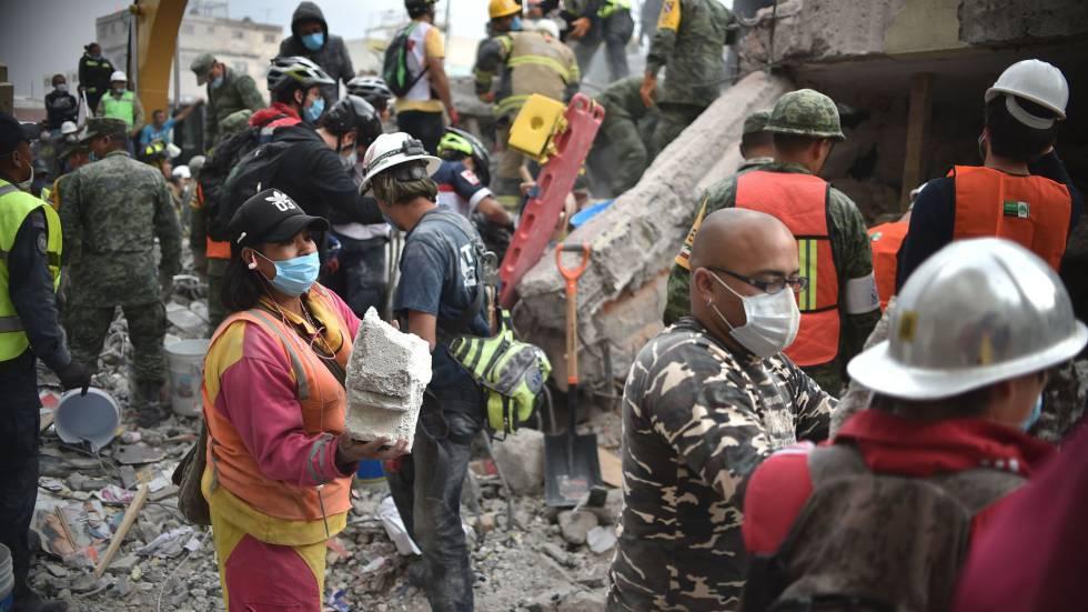 Voluntários removem escombros na Cidade do México