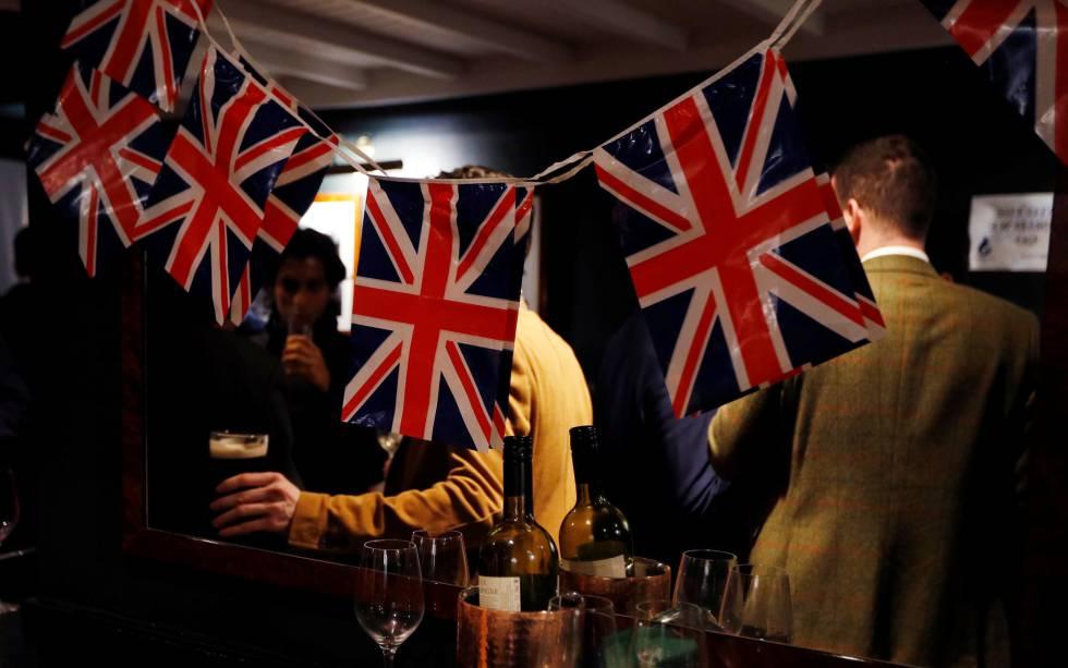 Comemoração, em um pub de Londres, da ativação do processo do 'Brexit'.