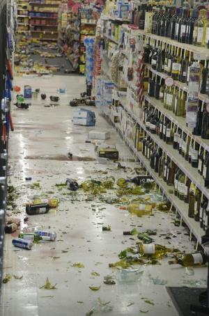 Prejuízo em um supermercado da Califórnia após o terremoto.