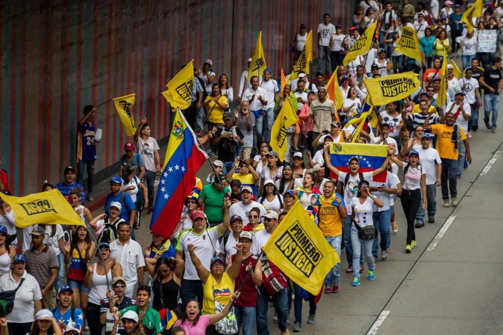 Manifestantes contrários ao Governo Maduro protestam em Caracas.