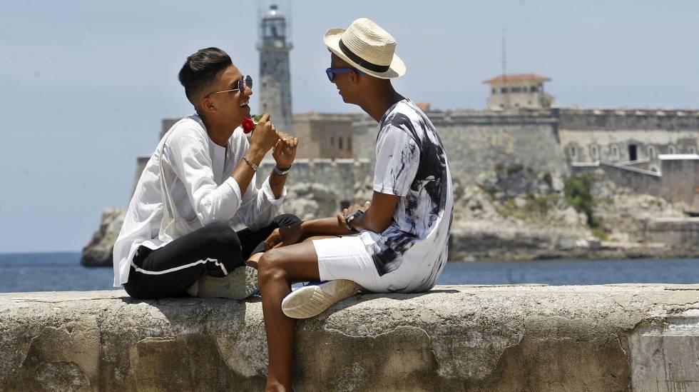 Roiniel Torres e Dariel Hernández conversam no Malecón de Havana.