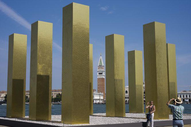 Instalação 'The sky over nine columns' by' no pavilhão da Alemanha, do artista Heinz Mack.
