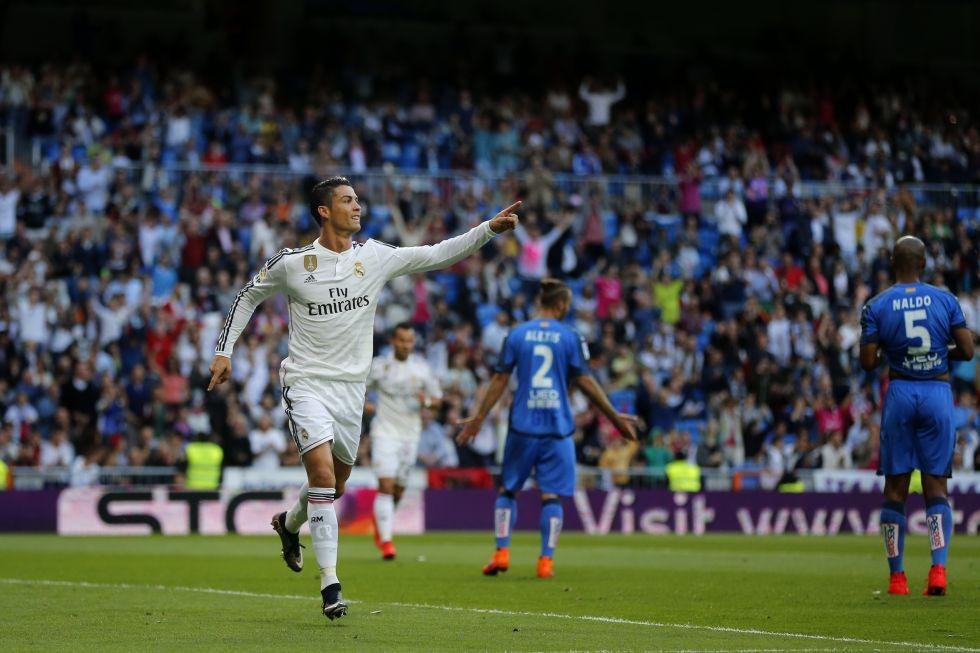 Cristiano Ronaldo já foi eleito três vezes o melhor jogador do mundo (duas de maneira consecutiva). O português obteve o título na temporada passada e, neste ano, volta a ser um dos favoritos para o prêmio. Na imagem, Ronaldo celebra um gol contra o Getafe na última rodada do Campeonato Espanhol 2014-2015, quando marcou três vezes na vitória do Real Madrid por 7 a 3.