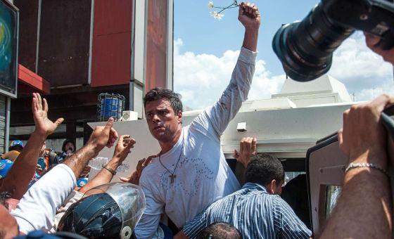 Leopoldo López ao ser levado ao carro policial após a prisão.