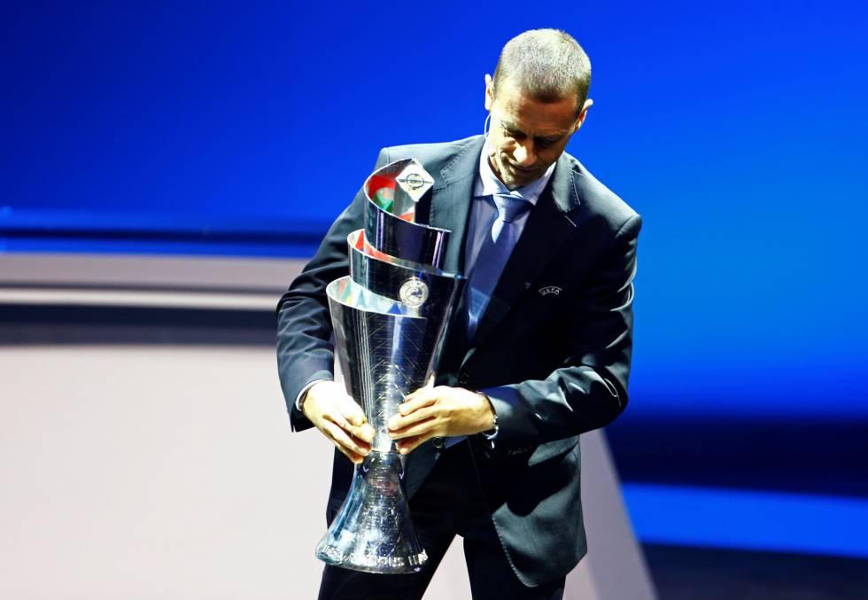 Aleksander Ceferin, presidente da UEFA, exibe o troféu da nova Liga das Nações.