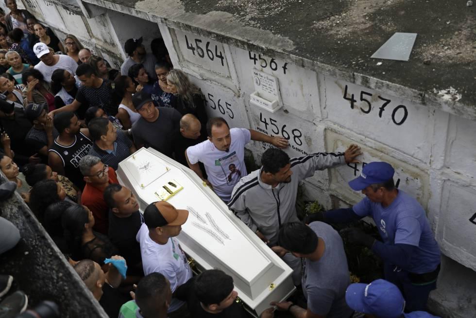 Familiares e manifestantes acompanham o enterro Ágatha Félix, no dia 22 de setembro.