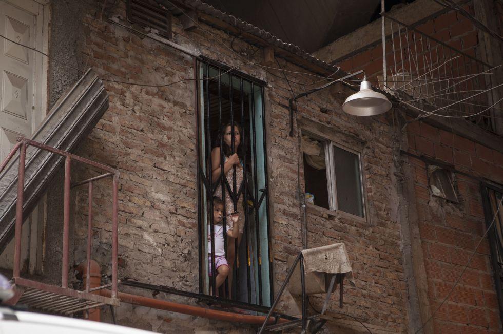 Uma mulher e uma criança na Vila 31, em Buenos Aires.