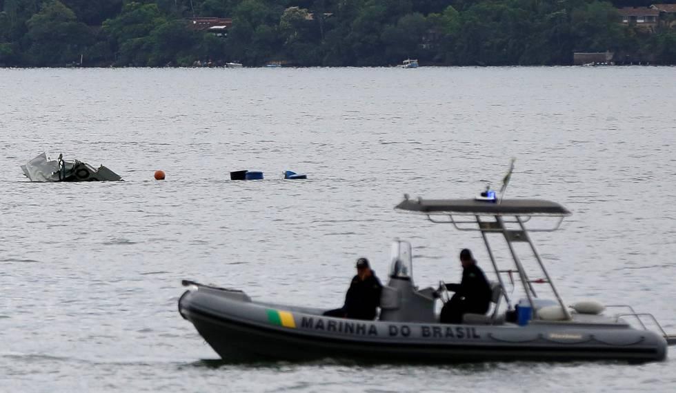 Equipes de busca da Marinha no local onde a aeronave caiu.