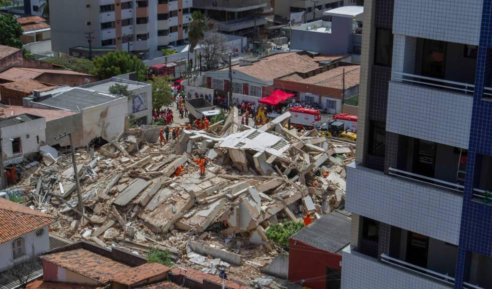 Bombeiros buscam vítimas nos escombros do edifício que desabou em Fortaleza.