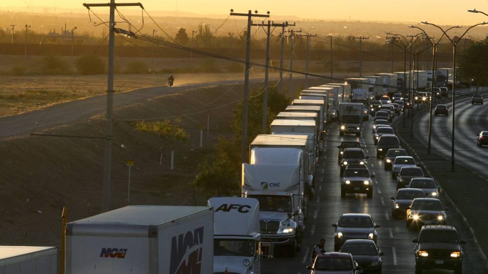 Uma fila de caminhões na fronteira do México com EUA em abril.
