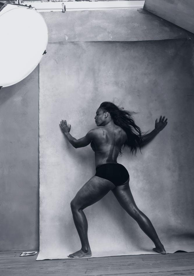 O Calendário Pirelli de 2016 leva em suas páginas 13 mulheres influentes que estão revolucionando o mundo de hoje nos mais diferentes campos: música, a arte, o cinema ou esporte. Na imagem, a tenista Serena Williams, a número um do tênis mundial feminino, e ganhadora de 21 torneios Grand Slam, é uma das poucas em se atrever a mostrar seu corpo nu para protagonizar o mês de abril.