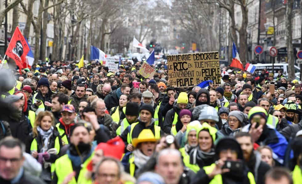 Os 'coletes amarelos' protestam pelas ruas de Paris em 26 de janeiro.