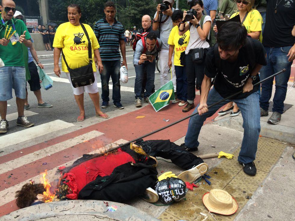 Boneco de Dilma é incendiado na Paulista neste sábado.