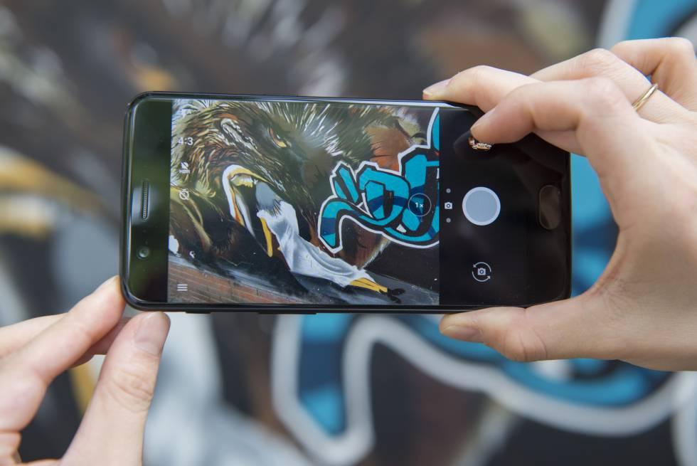 Homem tira uma foto com um OnePlus 5.
