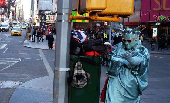 Homem vestido de Estátua da Liberdade na Times Square, em Nova York.