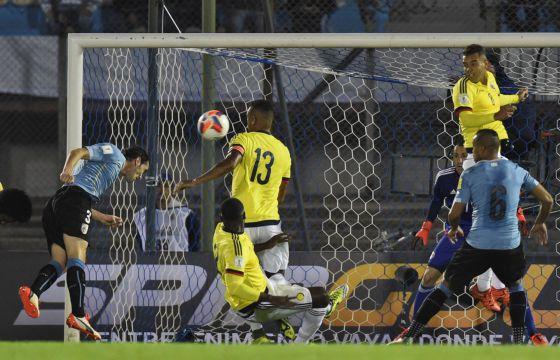 Godín marca o primeiro gol do partido.