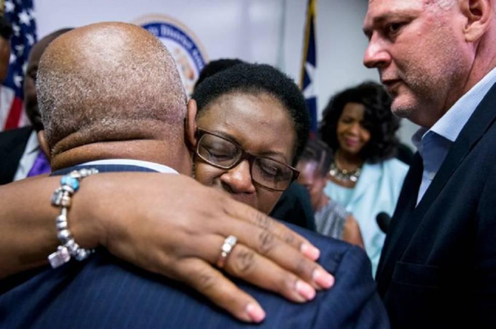 A mãe de Botham Jean abraça ao embaixador de Santa Luzia em EUA, Anton Edmunds.