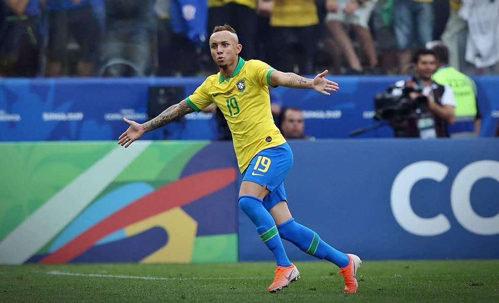 Everton comemora o terceiro gol do Brasil diante do Peru, na Arena Corinthians.