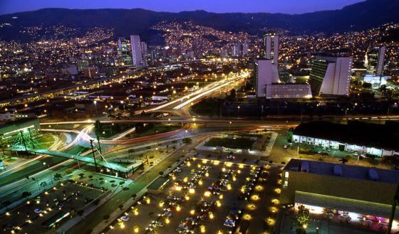 Vista noturna de Medellín (Colômbia).