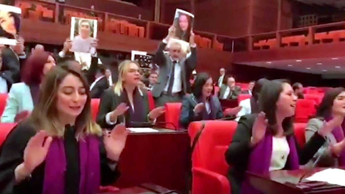 """Deputadas turcas cantam """"Um violador em teu caminho"""" no Parlamento."""